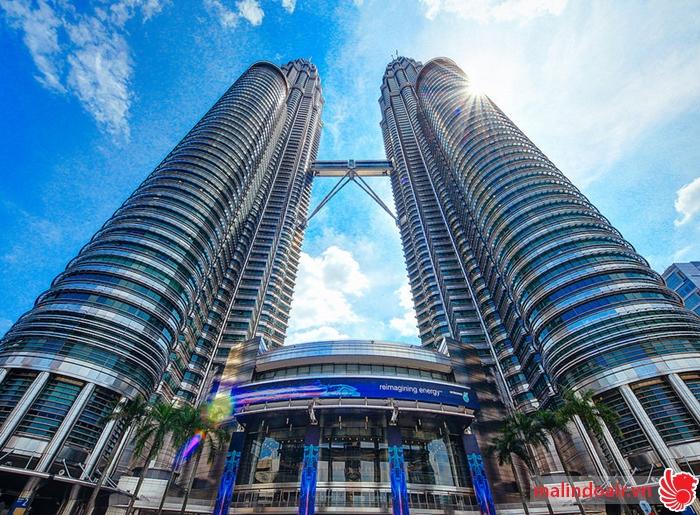 Tháp đôi Petronas nhìn từ dưới lên