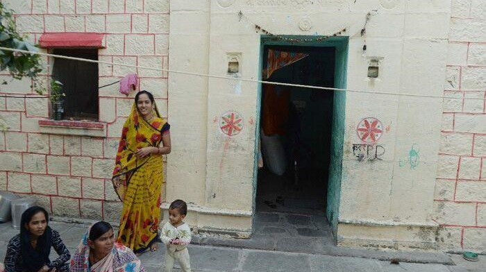 Phụ nữ Ấn độ dùng rèm để bảo vệ sư tế nhị