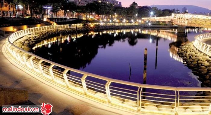 Con kênh tình yêu Cao Hùng rực rỡ trong đêm