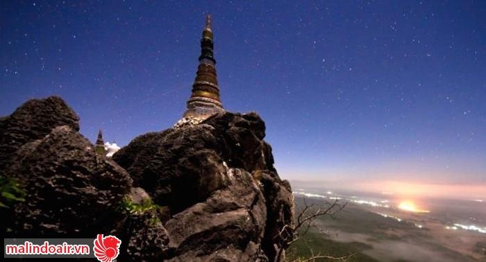 Đền thơ vua Raman VI nằm trên đỉnh một ngọn núi cao