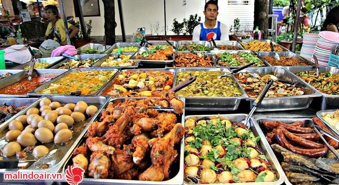 Rất nhiều đồ ăn ngon được bày bán tại Or Tok Kor