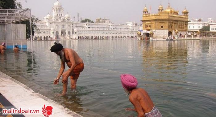 Được tắm rửa ở hồ nước thiêng này là một điều cực thiêng liêng với người dân Ấn độ