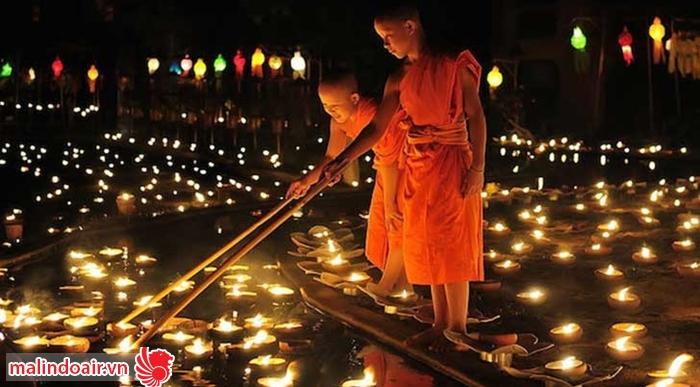 Những ngọn đèn hoa đăng trôi lênh đênh trên dòng nước