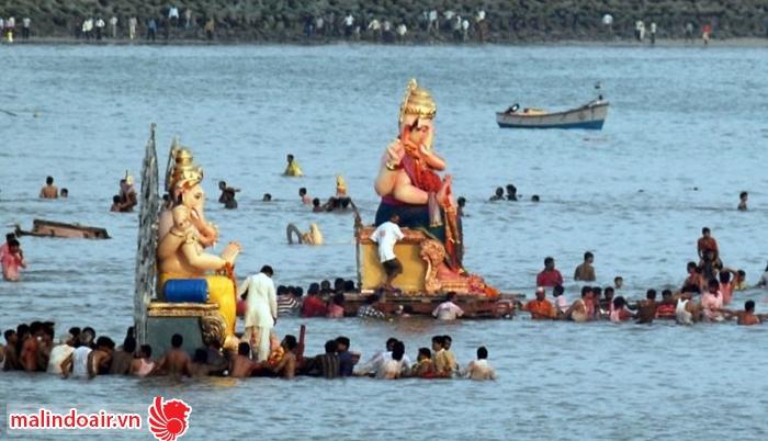 Sau khi kết thúc nghi lễ, tượng thần được đem nhúng xuống biển
