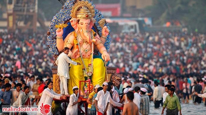 Tượng thần Ganesha được diễu qua các con phố