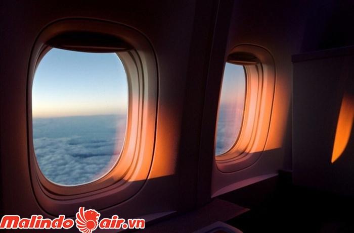 Việc kéo rèm cửa sổ máy bay có liên quan đến sức khỏe của hành khách. Đặc biệt là mắt