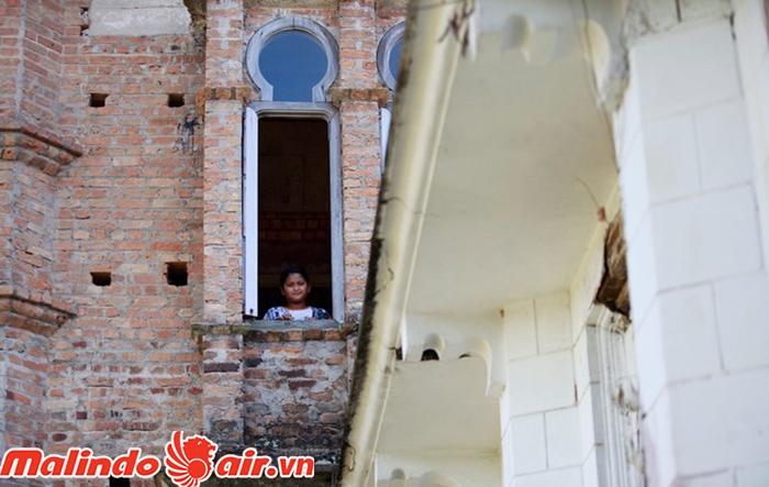 Lâu đài có rất nhiều cửa sổ. Đứng đây bạn có thể nghe được những âm thanh ma quái