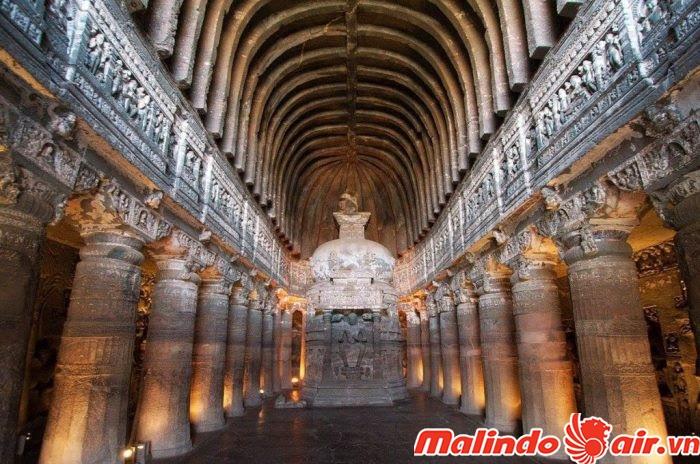 bên trái lối vào là tín đồ của thần Shiva. Trong khi đó, các vị thần ở bên phải là tín đồ của thần Vishnu