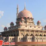 Thánh đường Hồi giáo Quốc gia tọa lạc bên bờ hồ nhỏ
