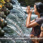 Ngâm mình trong bể nước thánh của Đền Pura Tirta Empul sẽ thư giãn tinh thần và chữa lành các bệnh tật.