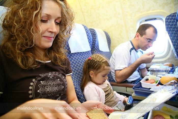 Trẻ em dưới 2 tuổi cần có người lớn đi cùng trong chuyến bay