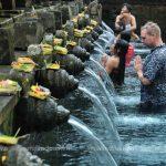 Trải nghiệm tắm nước thiêng tại đền Pura Tirta Empul