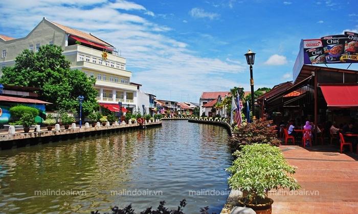 Bơi thuyền dọc theo bờ sông Malacca